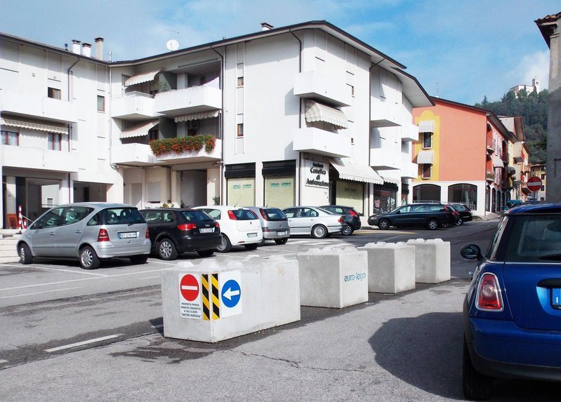 betonblock-road-works-barrier-safety-cantiere-di-verona