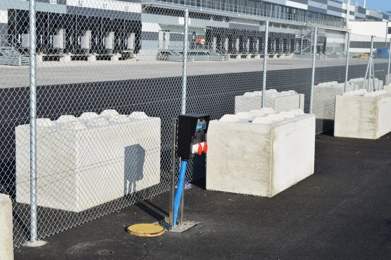 betonblock-road-works-barrier-safety-fence
