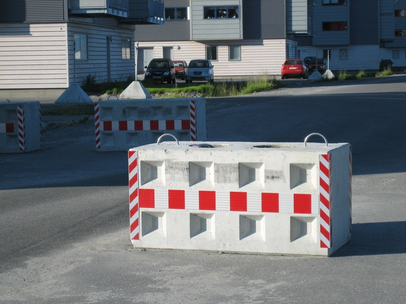 betonblock-road-works-barrier-safety