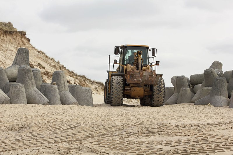 betonblock-tetrapods-coastal-engineering-beach-caterpillar