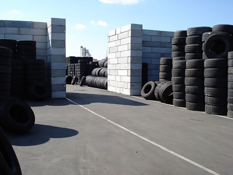 betonblock-concrete-blocks-construction-storage-walls-tyres