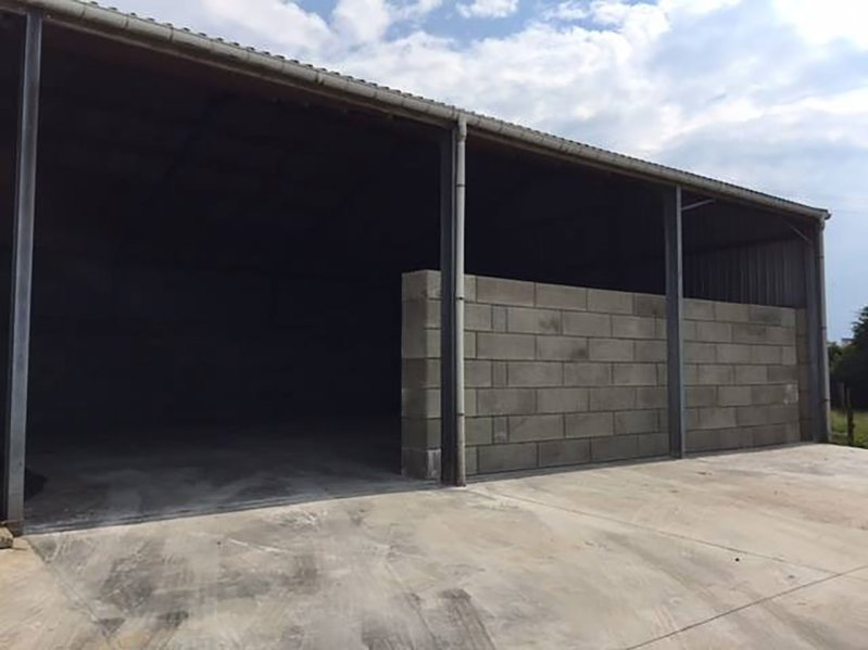 betonblock-concrete-blocks-construction-wall-under-roof